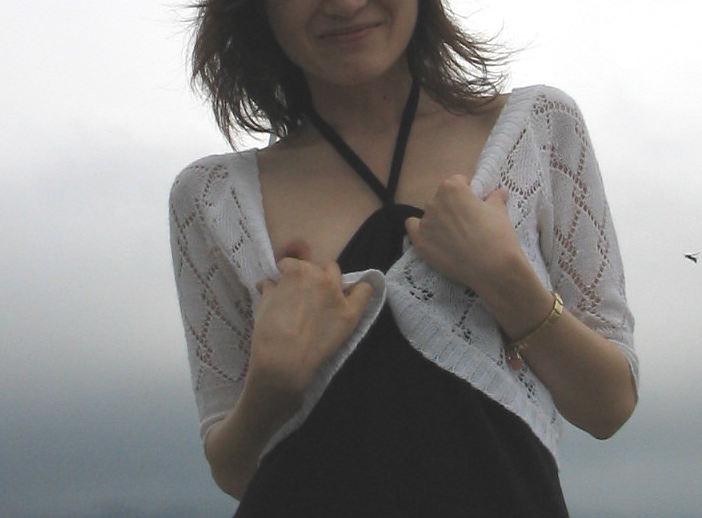 自分で ガバッ 胸チラ セルフ 乳首 エロ画像【20】