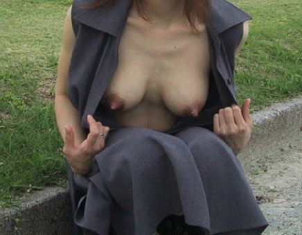 自分で ガバッ 胸チラ セルフ 乳首 エロ画像【29】