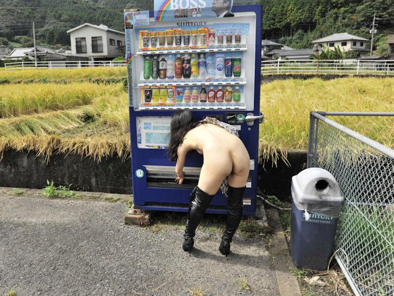 自動販売機前で裸になる自販機と露出狂のエロ画像