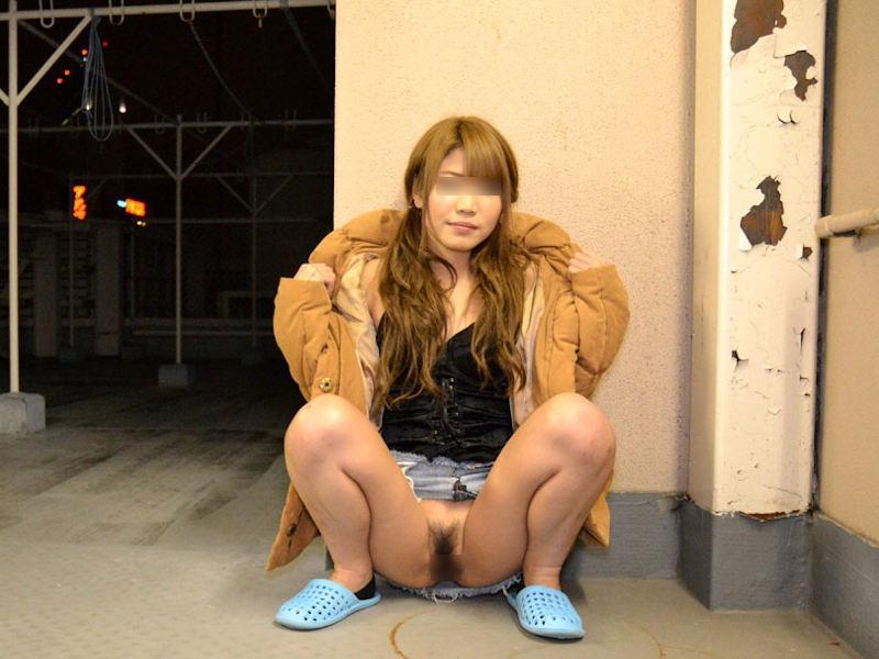 ミニスカ穿いたノーパンギャルの露出画像 表紙