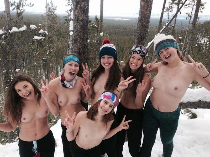雪の日におっぱいやお尻を出す外国人の野外露出画像