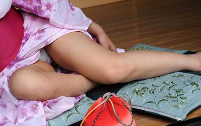 浴衣から美脚チラリな脚・太もものエロ画像 ②