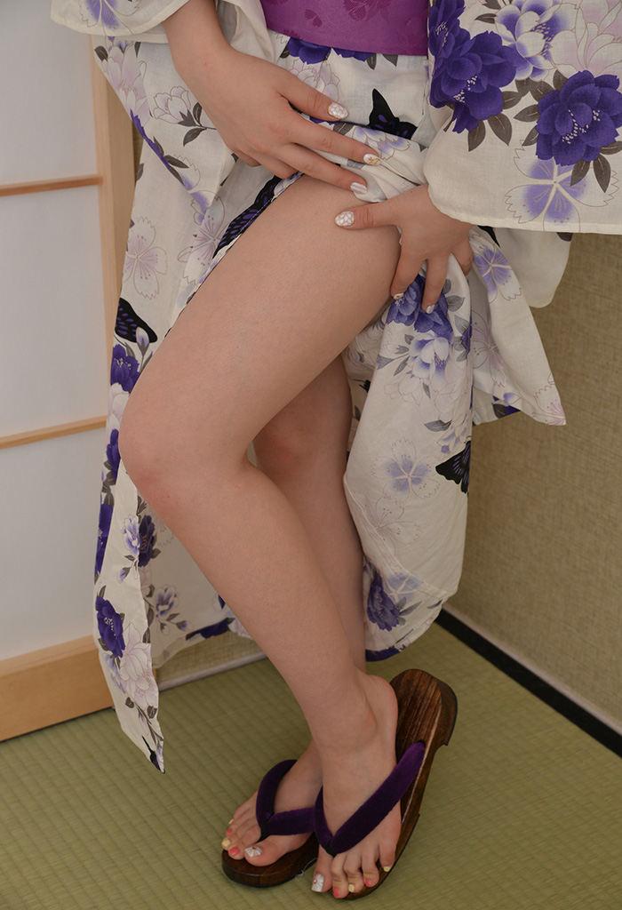 浴衣 美脚 チラリ 脚 太もも エロ画像【3】