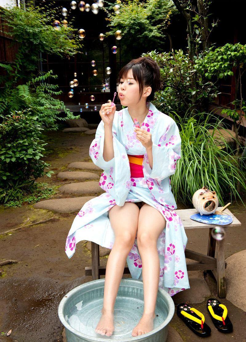 浴衣 美脚 チラリ 脚 太もも エロ画像【28】