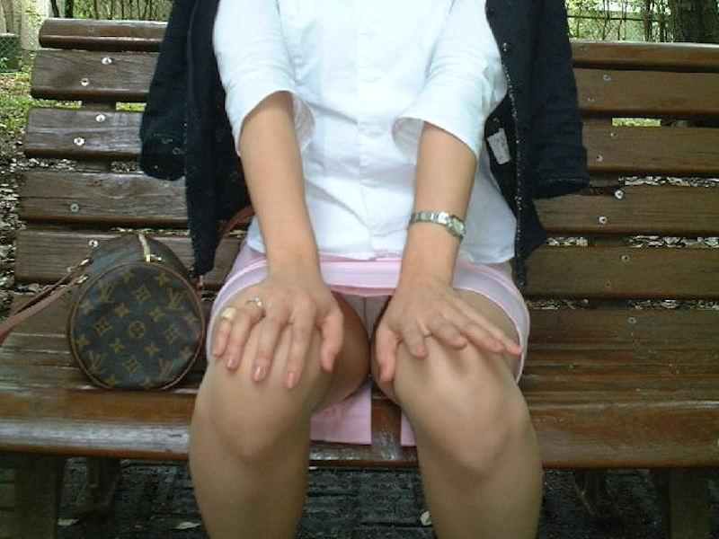 OLさんがベンチや椅子で休憩してるエロ画像