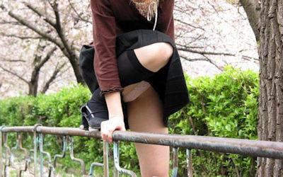 スカートで跨ぐ瞬間の動きのあるパンチラ画像 ①