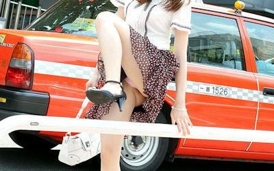 スカートで跨ぐ瞬間の動きのあるパンチラ画像 ③