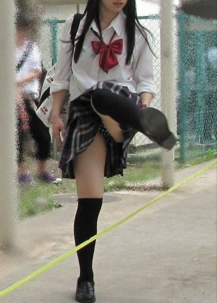 スカート 跨ぐ 動きのある パンチラ エロ画像【6】