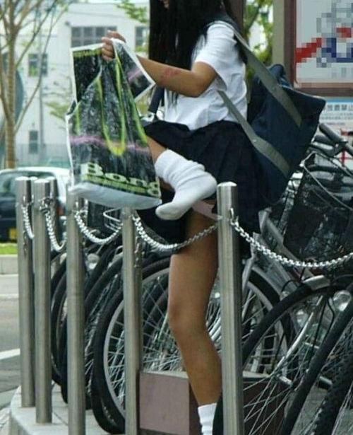 スカート 跨ぐ 動きのある パンチラ エロ画像【9】