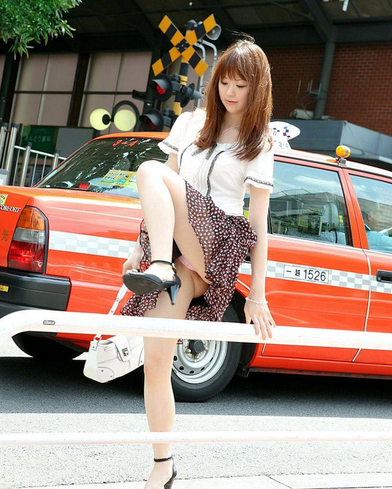 スカート 跨ぐ 動きのある パンチラ エロ画像【11】