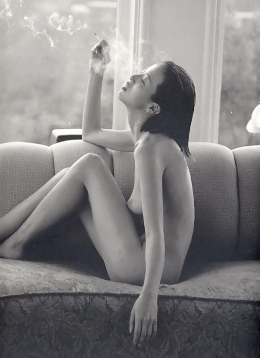 裸 タバコ 喫煙女性 ヌード エロ画像【3】