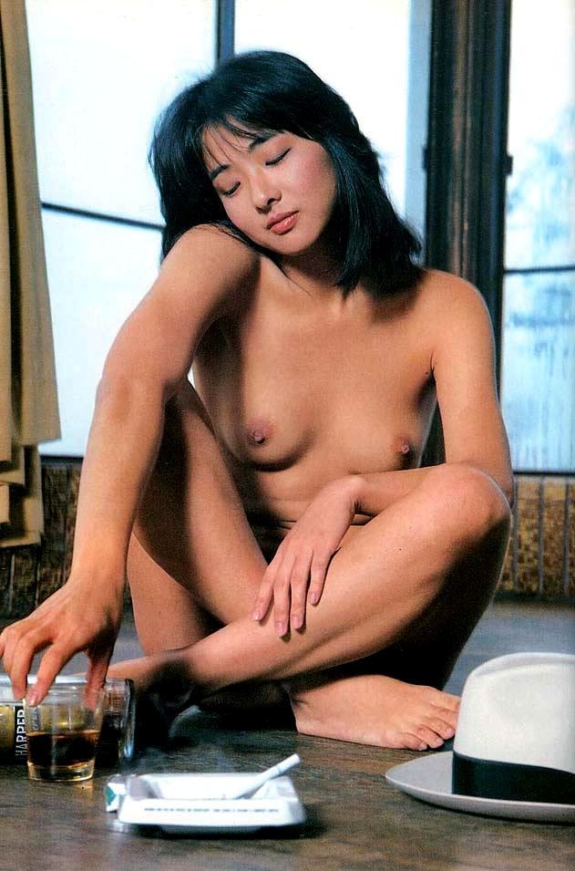 裸 タバコ 喫煙女性 ヌード エロ画像【6】