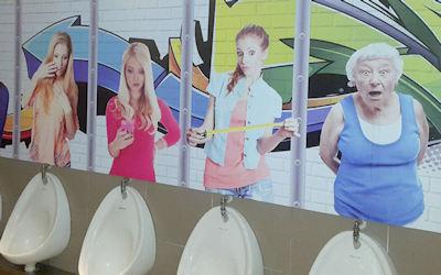 女性に覗かれる海外の奇抜な男子トイレ画像 ①