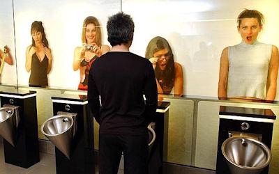 女性に覗かれる海外の奇抜な男子トイレ画像 ④