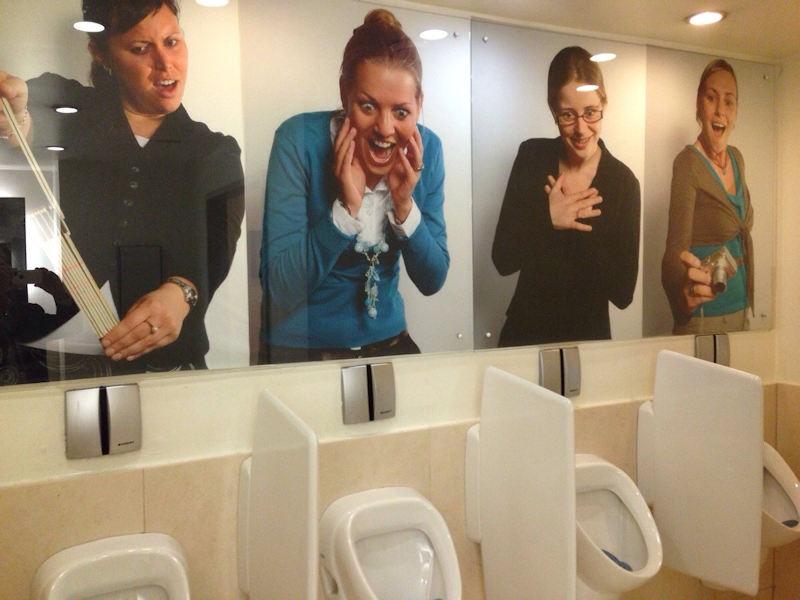 女性に覗かれる海外の奇抜な男子トイレ画像