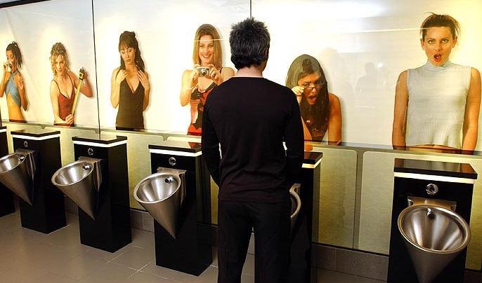 覗かれる 海外 奇抜 男子トイレ エロ画像【36】