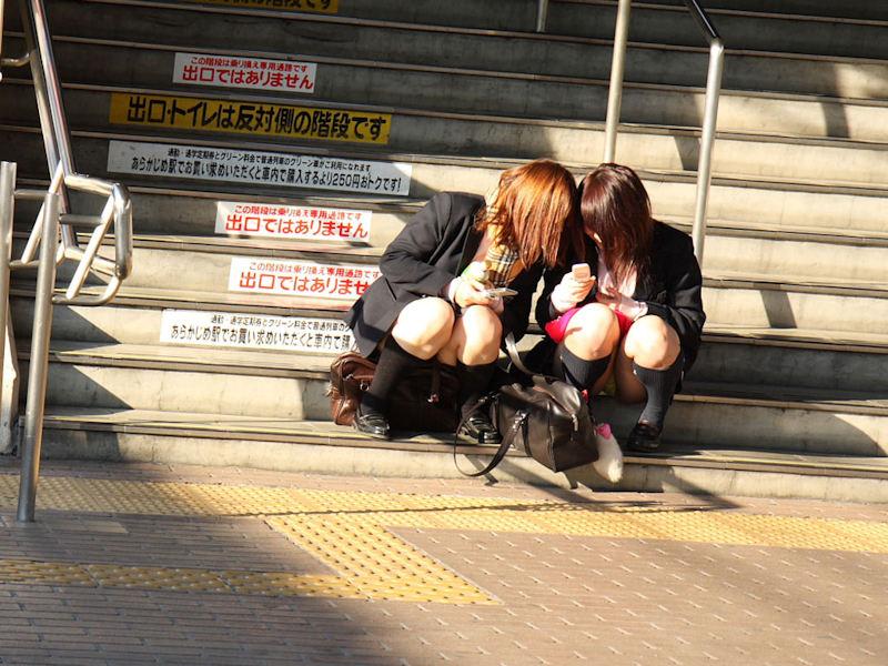 駅ホーム・駅構内のパンチラ(JK多め)画像 表紙