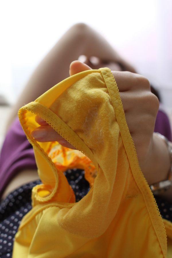 パンツのシミ 見せる 脱ぎたて 染みパン エロ画像【11】