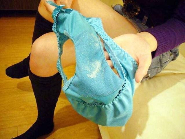 パンツのシミ 見せる 脱ぎたて 染みパン エロ画像【14】