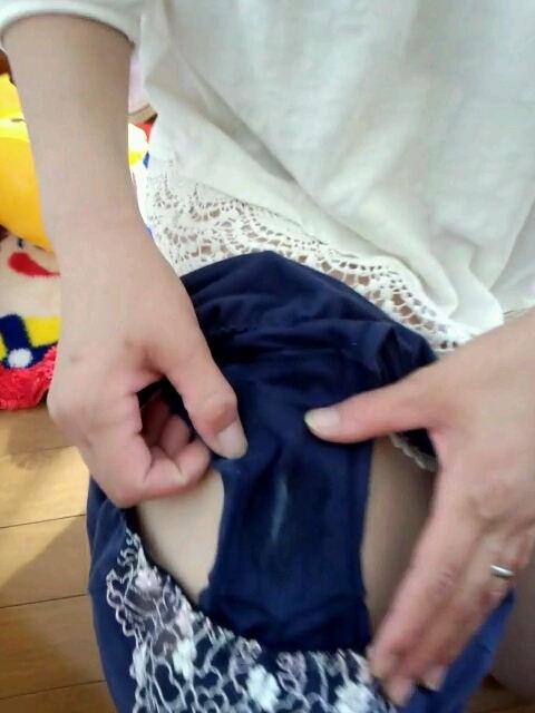 パンツのシミ 見せる 脱ぎたて 染みパン エロ画像【55】
