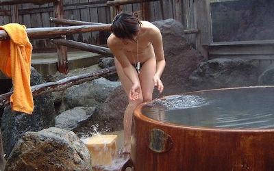 樽風呂や石釜風呂と全裸女性の温泉画像 ③