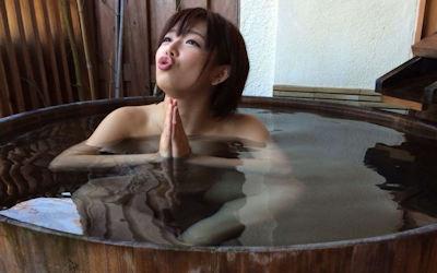 樽風呂や石釜風呂と全裸女性の温泉画像 ④
