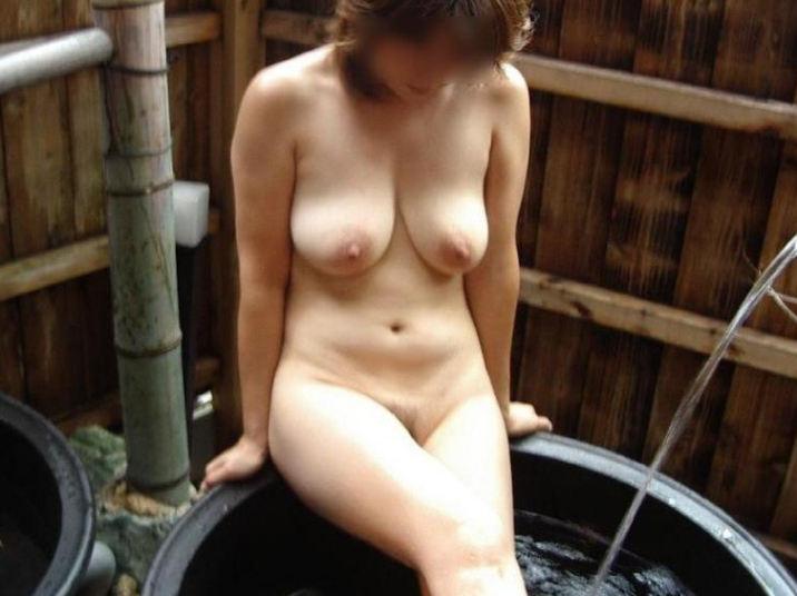 樽風呂 石釜風呂 全裸 温泉 エロ画像【8】