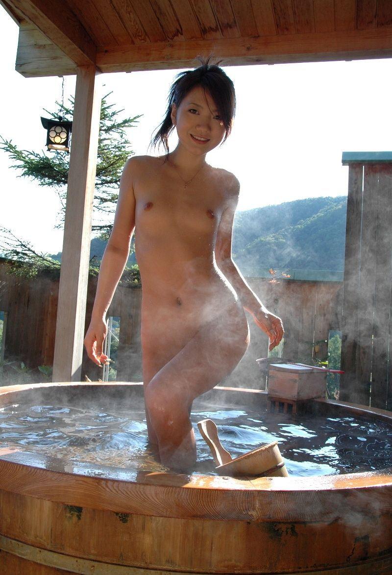 樽風呂 石釜風呂 全裸 温泉 エロ画像【13】