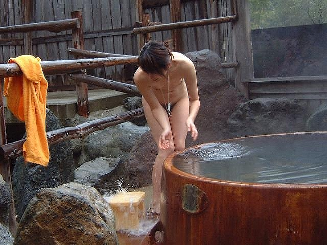 樽風呂 石釜風呂 全裸 温泉 エロ画像【14】