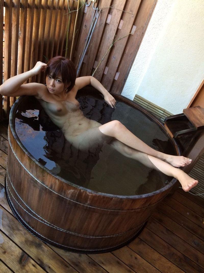 樽風呂 石釜風呂 全裸 温泉 エロ画像【18】