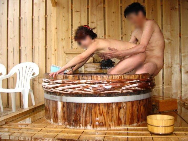 樽風呂 石釜風呂 全裸 温泉 エロ画像【20】