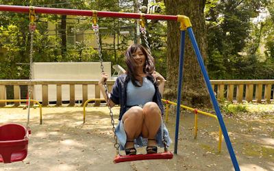 公園デートでパンチラする美女のエロ画像 ③