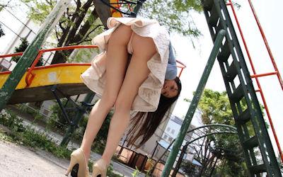 公園デートでパンチラする美女のエロ画像 ④