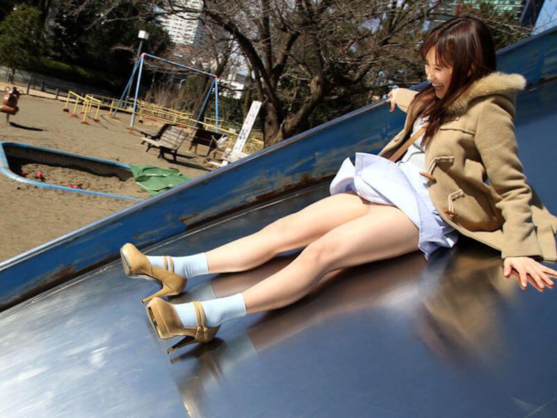 公園デートでパンチラする美女のエロ画像