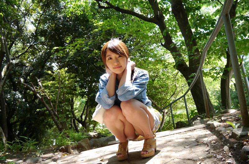 公園 デート パンチラ 美女 エロ画像【3】