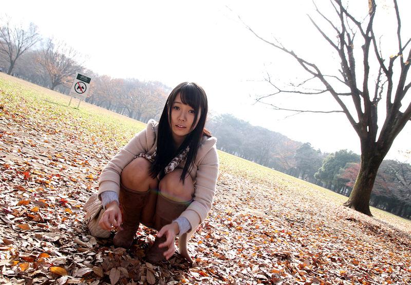 公園 デート パンチラ 美女 エロ画像【4】