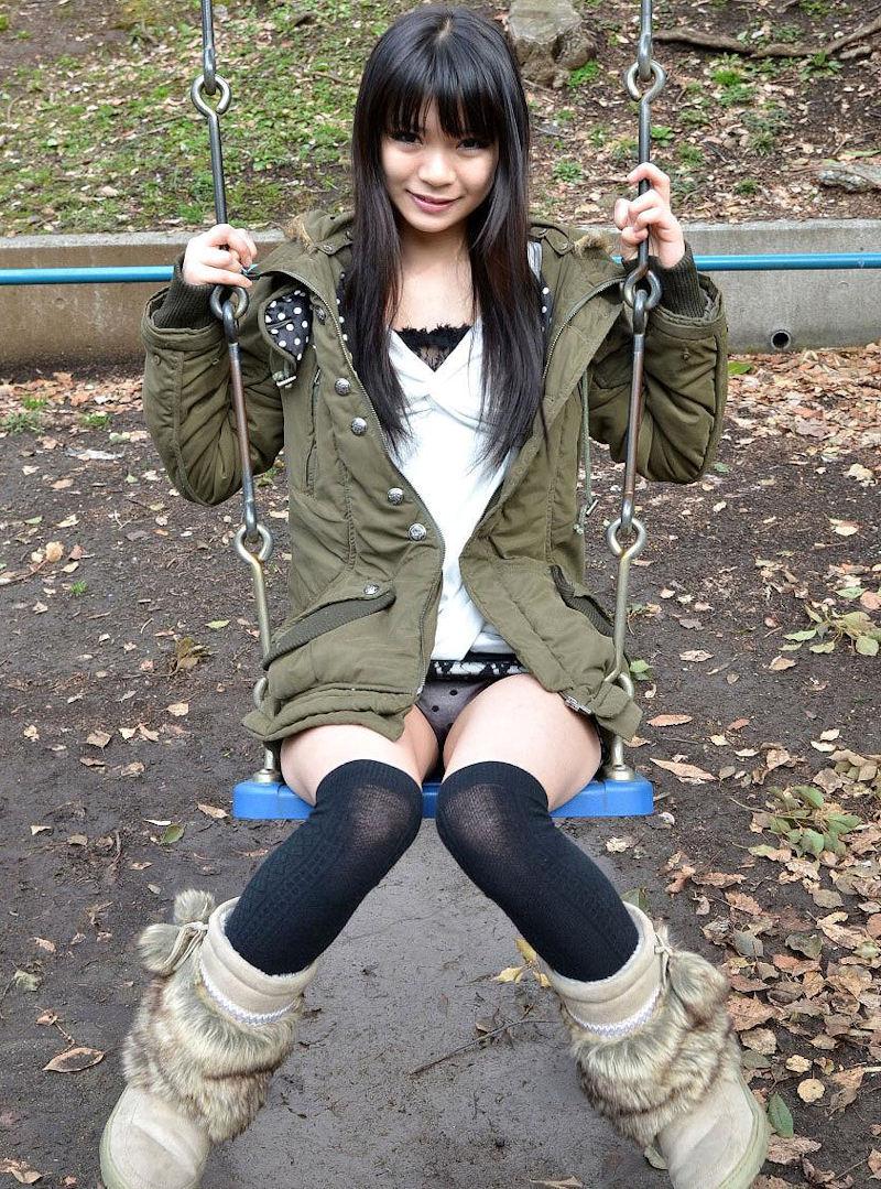 公園 デート パンチラ 美女 エロ画像【5】