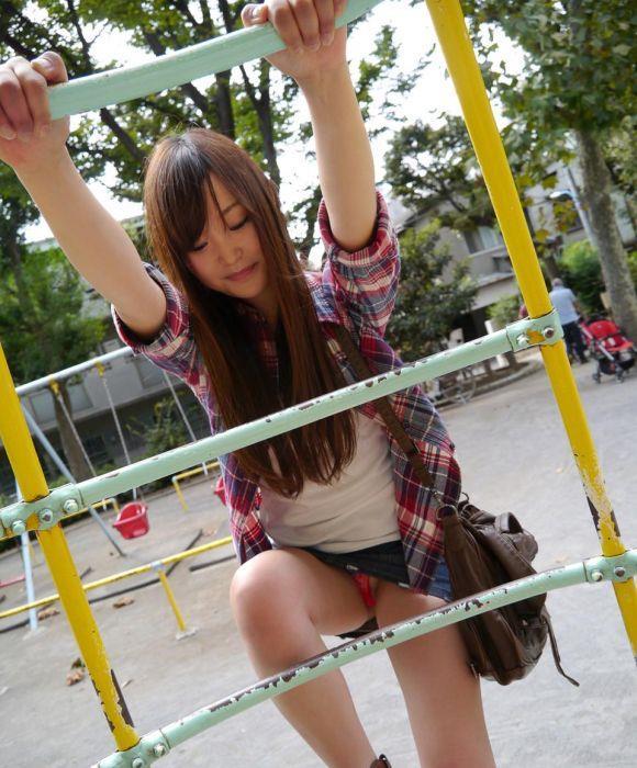 公園 デート パンチラ 美女 エロ画像【7】