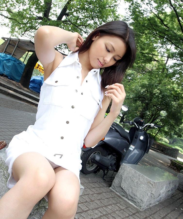 公園 デート パンチラ 美女 エロ画像【14】