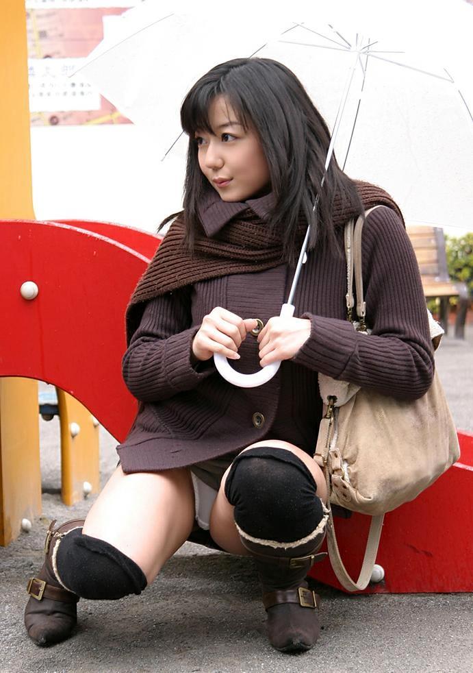 公園 デート パンチラ 美女 エロ画像【17】