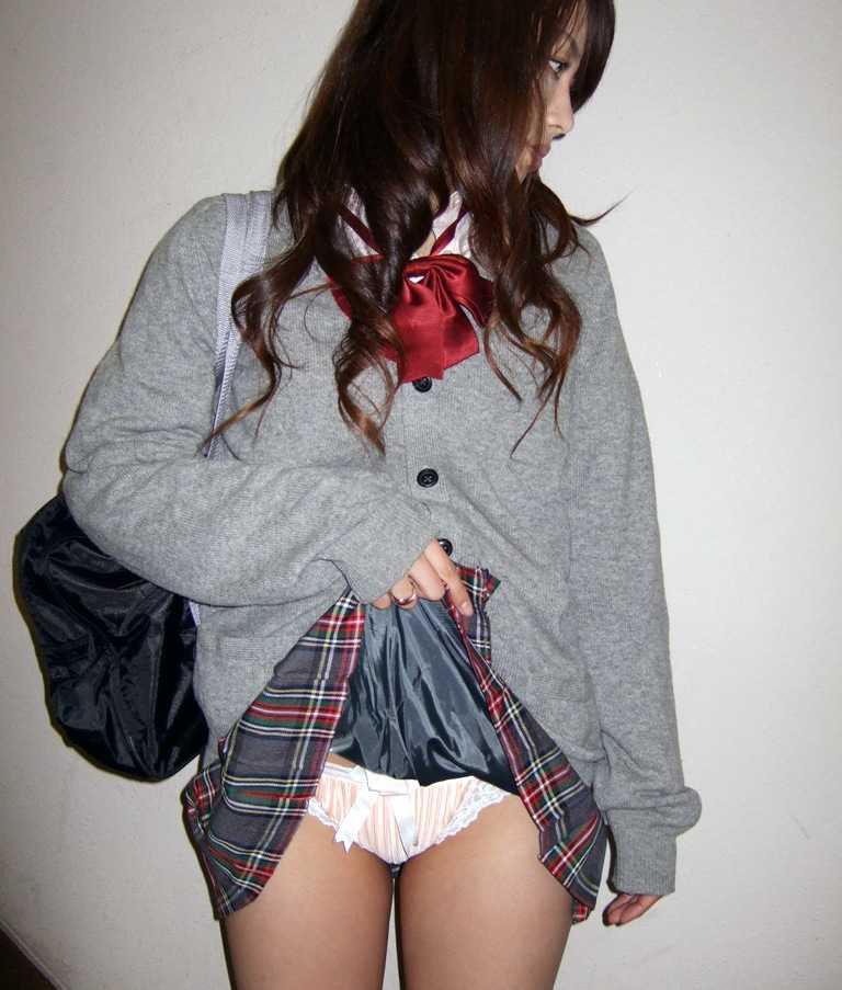 スカート たくし上げ パンツ見せ 恥ずかしがる エロ画像【20】