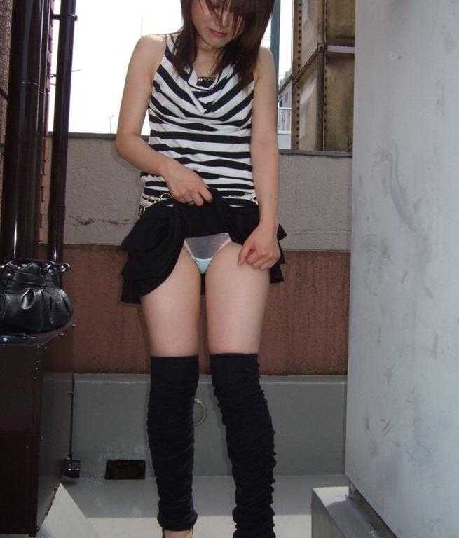 スカート たくし上げ パンツ見せ 恥ずかしがる エロ画像【30】