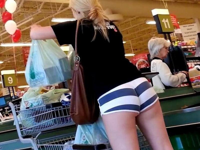 お店で買い物する外国人のお尻が挑発的な画像