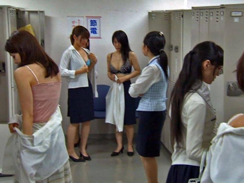 職場のOLが下着姿になる女子更衣室のエロ画像