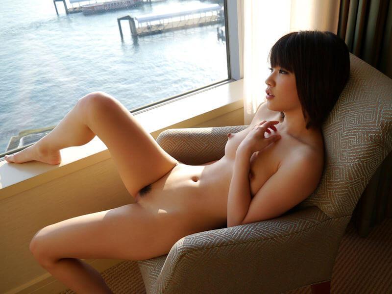 ソファでヌードな全裸美女画像
