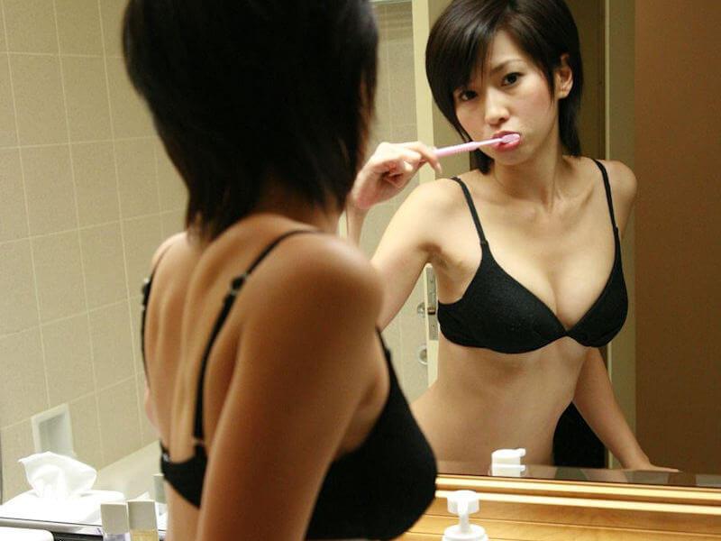歯ブラシ舐めたい歯磨き美女のエロ画像