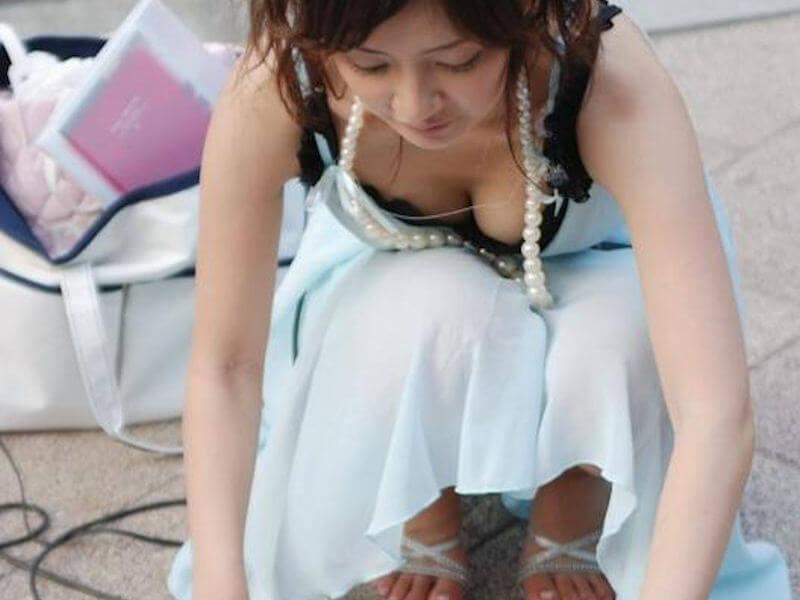 巨乳 素人 街中 胸チラ エロ画像