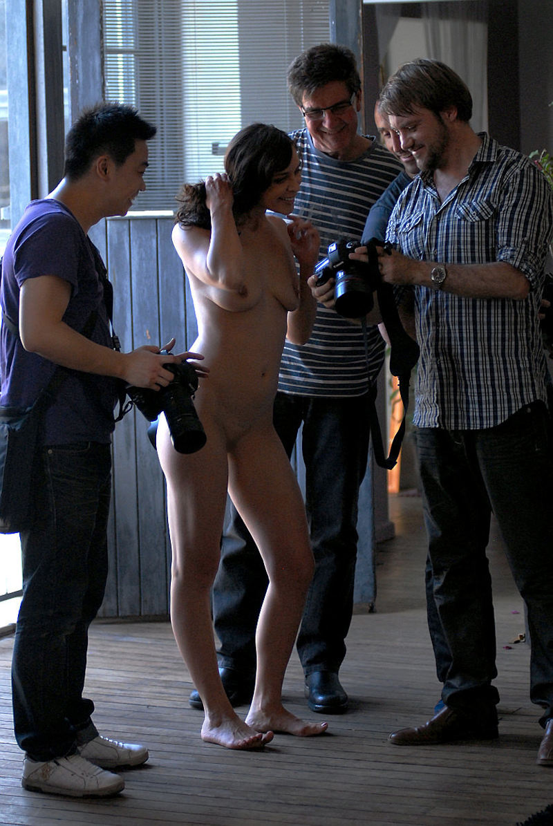 全裸外国人女性と複数の男、CMNFヌード画像