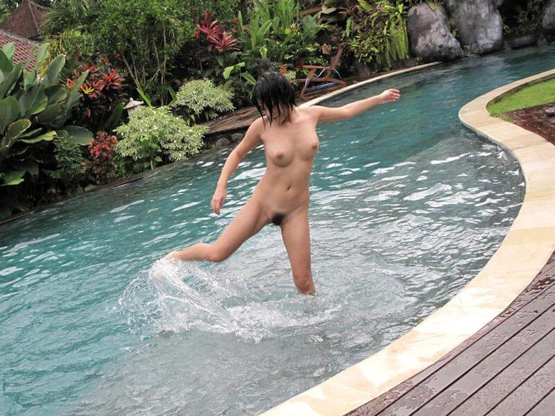 全裸美女のプールヌード画像まとめ
