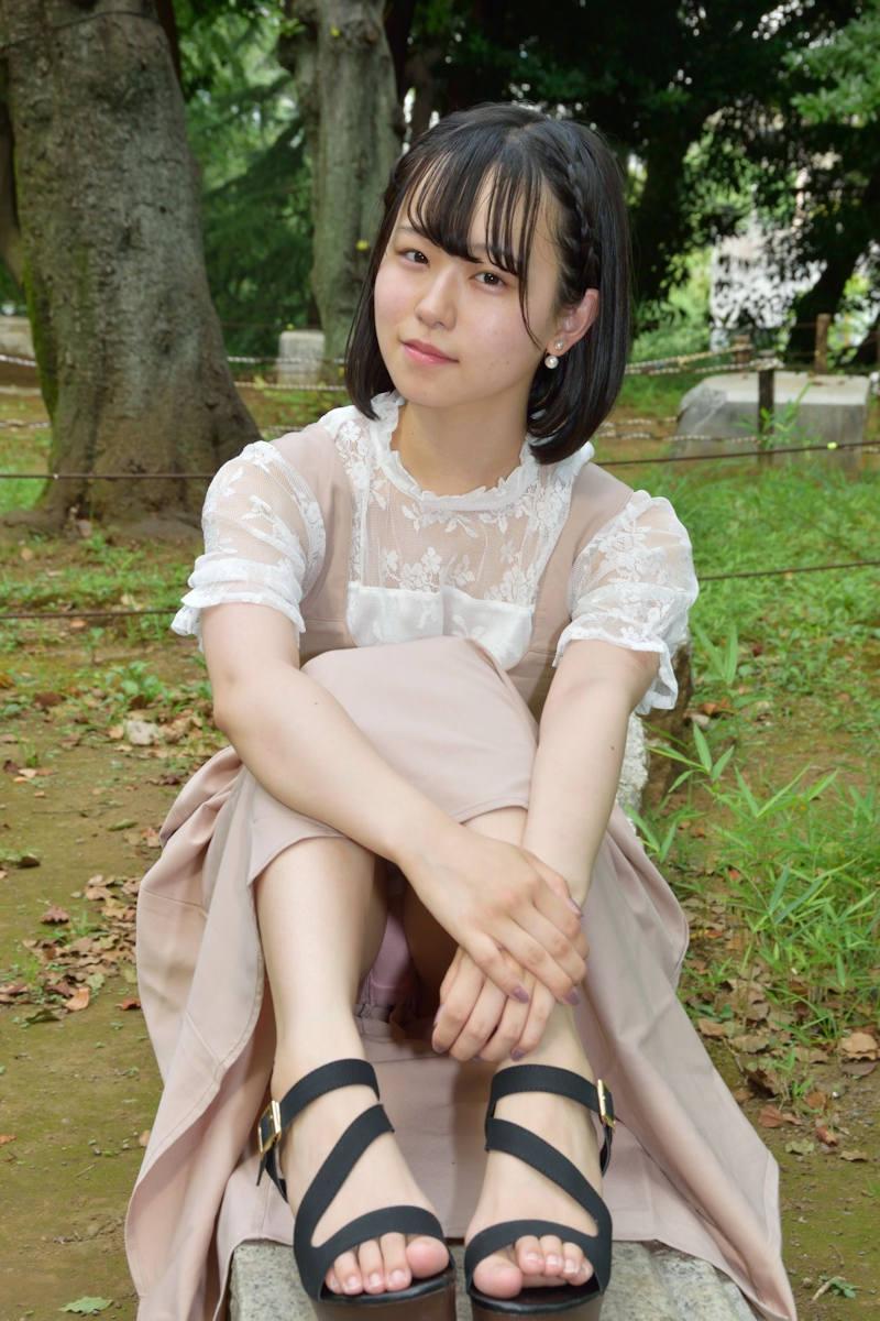 ロングスカート 座りパンチラ エロ画像 【1】
